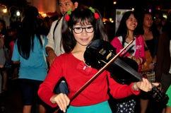 Chiang Mai, Thailand: Junger Straßen-Violinist lizenzfreie stockfotografie