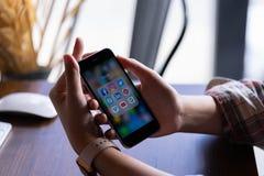 CHIANG MAI, THAILAND - Juni 30,2018: Het Apple iPhone 6S Rose Gold van de vrouwenholding met pictogrammen van sociale media op he stock foto