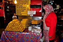 Chiang Mai Thailand: Kvinna som säljer grillad havre Royaltyfri Fotografi