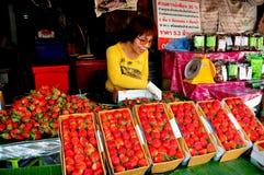 Chiang Mai Thailand: Kvinna som säljer jordgubbar Royaltyfri Foto