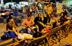 Chiang Mai, Thailand: Leute, die Fuß-Massage erhalten lizenzfreie stockbilder
