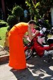 Chiang Mai, Thailand: Mönch-Segen-Motorrad Lizenzfreie Stockbilder