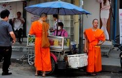 Chiang Mai, Thailand: Mönche, die das Mittagessen kaufen lizenzfreie stockfotografie