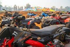 Chiang Mai /Thailand - 14 Maart, 2019: Een vloot van ATV-vierlingfietsen die na gebeëindigd rennen parkeren royalty-vrije stock foto