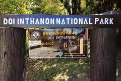 Chiang Mai, Thailand - Maart 25, 2017: Het naambord van Doi in het nationale park van Thanon en thermometer op teken Stock Foto's