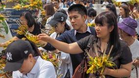 CHIANG MAI, THAILAND - 22.-28. MAI 2017: Anbetung Inthakin/Sai Khan Doks der Stadtsäulentradition der Blume anbietend dem pil Stockbilder