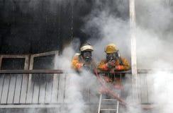 CHIANG MAI, THAILAND AM 17. MAI: Feuer in den Lagern - Fangfeuer herein Stockbild