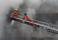 CHIANG MAI, THAILAND AM 17. MAI: Feuer in den Lagern - Fangfeuer herein Lizenzfreies Stockbild