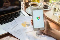 CHIANG MAI, THAILAND - 9. MAI: Frauenhand, die IPHONE 6 PLUS mit Google Maps-Anwendung O hält Google Maps ist ein Service, der pr Lizenzfreie Stockfotografie