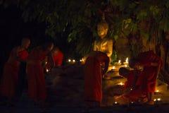 CHIANG MAI, THAILAND - 20. MAI: Thailändische buddhistische Mönche meditieren mit Stockfotografie