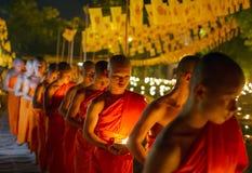 CHIANG MAI, THAILAND - 20. MAI: Thailändische buddhistische Mönche meditieren mit Stockfotos