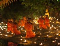 CHIANG MAI THAILAND - MAJ 20: Thailändska buddistiska munkar mediterar med Royaltyfri Bild