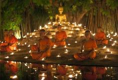 CHIANG MAI THAILAND - MAJ 20: Thailändska buddistiska munkar mediterar med arkivfoton