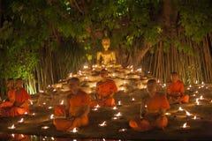 CHIANG MAI THAILAND - MAJ 20: Thailändska buddistiska munkar mediterar med Royaltyfri Foto