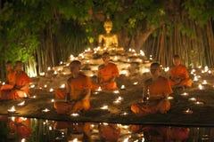 CHIANG MAI THAILAND - MAJ 20: Thailändska buddistiska munkar mediterar med Arkivfoto
