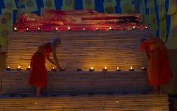 CHIANG MAI THAILAND - MAJ 20: Thailändska buddistiska munkar mediterar med Fotografering för Bildbyråer