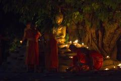 CHIANG MAI THAILAND - MAJ 20: Thailändska buddistiska munkar mediterar med Royaltyfri Fotografi