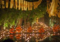 CHIANG MAI THAILAND - MAJ 20: Thailändska buddistiska munkar mediterar med Royaltyfria Bilder