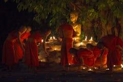 CHIANG MAI THAILAND - MAJ 20: Thailändska buddistiska munkar mediterar med Royaltyfria Foton