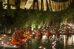 CHIANG MAI THAILAND - MAJ 20: Thailändska buddistiska munkar mediterar med Arkivbild