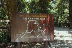 Chiang Mai Thailand - mars 25, 2017: Ang Ka Nature Trail tecken på Doi inthanon Arkivbilder