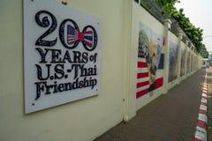 Chiang Mai/Thailand - mars 12, 2019: Den gula väggen av Uen S Ambassad med tecknet av 200 år av U S - Thailändskt kamratskap royaltyfria bilder