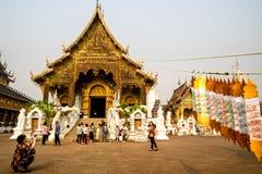 Chiang Mai /Thailand - mars 16, 2019: Turister tar foto framme av Wat Baan Den, en berömd buddistisk tempel royaltyfria foton