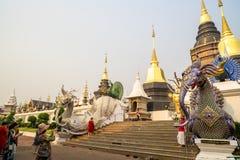 Chiang Mai /Thailand - 16 marzo 2019: I turisti stanno prendendo le foto delle pagode a Wat Baan Den, un tempio buddista famoso i immagine stock libera da diritti