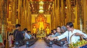 CHIANG MAI, THAILAND - MEI 22-28, 2017: Inthakin/Sai Khan Dok-de verering die van bloem festival aanbieden hield elk jaar in Wat  Royalty-vrije Stock Afbeelding