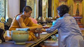 CHIANG MAI, THAILAND - MEI 22-28, 2017: Inthakin/Sai Khan Dok-verering van de traditie die van de stadspijler van bloem aan pil a Stock Foto