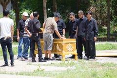 CHIANG MAI, THAILAND - MEI 19: openen de close-up niet geïdentificeerde mensen de doodskist in het Thaise traditionele verassen r royalty-vrije stock fotografie