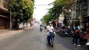 Chiang Mai Thailand - 2019-03-15 - motorcylesdrev ner den lilla gatan som sett från framdel stock video