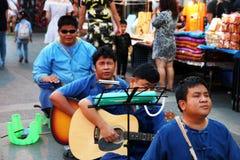 CHIANG MAI, THAILAND - NOVEMBER 25, 2017: Overleg van de band blinde musici bij de nachtmarkt stock fotografie