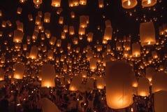 CHIANG MAI THAILAND - November 24, 2012: Turister som lanserar Kho Arkivbild