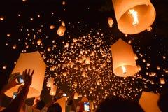 CHIANG MAI Thailand-Oktober 25: Yee Peng Festival - folkfrigörare f Royaltyfri Foto