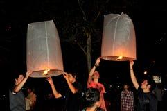 Chiang Mai Thailand: Tända pappers- lyktor Royaltyfri Foto
