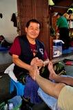 Chiang Mai Thailand: Thailändsk Masseur på arbete arkivfoton