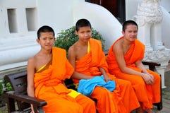 Chiang Mai Thailand: Tre unga Monks Arkivbild