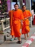 Chiang Mai Thailand: Ungt gå för Monks Arkivbild