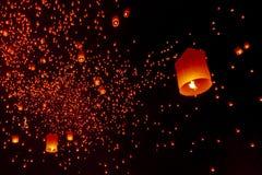 CHIANG MAI, THAILAND - Yee Peng Festival, Loy Krathong-viering met meer dan duizend drijvende lantaarns in Chiangmai royalty-vrije stock foto's