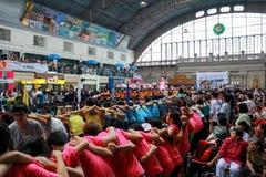 Chiang Mai University Students Cheering nos caloiros que dão boas-vindas ao Ce Fotografia de Stock Royalty Free