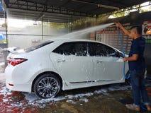 CHIANG RAI, ТАИЛАНД - 25-ОЕ НОЯБРЯ: неопознанное мытье работника человека Стоковые Изображения RF