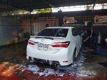 CHIANG RAI, ТАИЛАНД - 25-ОЕ НОЯБРЯ: неопознанное мытье работника человека Стоковое Изображение RF