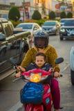 CHIANG RAI, ТАИЛАНД - 1-ОЕ ФЕВРАЛЯ 2018: Неопознанная женщина при ее сын используя предохранение от шлема и едущ a Стоковые Изображения RF