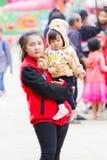 CHIANG RAI, ТАИЛАНД - 13-ОЕ ЯНВАРЯ: Неопознанная азиатская мать ho Стоковое Изображение RF