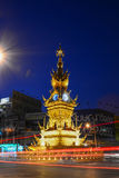 CHIANG RAI- 17 DÉCEMBRE : La lumière traîne sur la rue autour de la tour d'horloge d'or, établie en 2008 par l'artiste visuel tha Photos stock