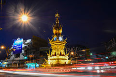 CHIANG RAI- 17 DE DEZEMBRO: A luz arrasta na rua em torno da torre de pulso de disparo dourada, estabelecida em 2008 pelo artista Foto de Stock Royalty Free