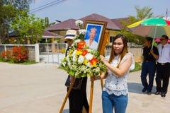 CHIANG RAI, TAILÂNDIA - 2 DE MARÇO: Mulheres não identificadas que guardam a foto dos mortos Fotos de Stock