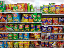 CHIANG RAI, TAILÂNDIA - 26 DE NOVEMBRO: vário tipo da microplaqueta de batata Imagens de Stock