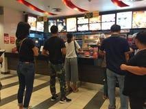 CHIANG RAI, TAILÂNDIA - 28 DE OUTUBRO: espera não identificada dos povos fotos de stock